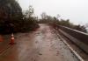 Deslizamento de terra deixa trânsito em meia pista na Serra da Rocinha