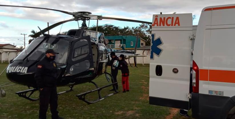 Equipe do SAER-SARASUL leva mulher de helicóptero para o hospital