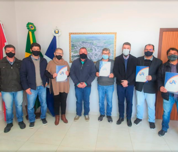 Meleiro: Prefeito em exercício entrega novo lote de matrículas para moradores através do REURB