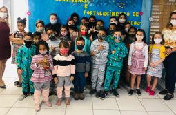 Crianças do SCFV desfilam roupas confeccionadas por alunas do Curso de Costura de Maracaj...