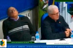 VÍDEO: Vereador de SC é flagrado dormindo durante sessão da câmara e viraliza
