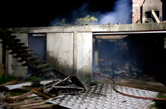 Bombeiros combatem incêndio em edificação residencial em Araranguá