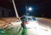 Motorista fica gravemente ferido após carro colidir em poste