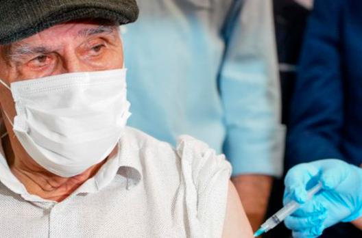 Santa Catarina reduz a cinco meses intervalo para dose de reforço em idosos
