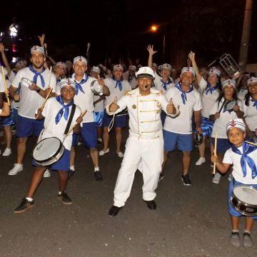 Desfile da Escola Unidos do Arroio e blocos reúne multidão