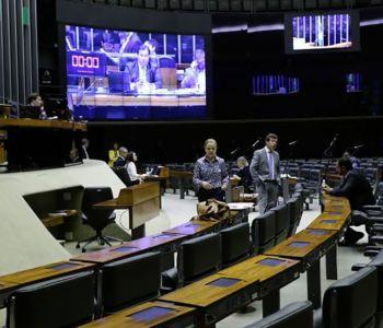 Câmara aprova ajuda de R$ 600 para informais; mãe chefe de família receberá R$ 1.200