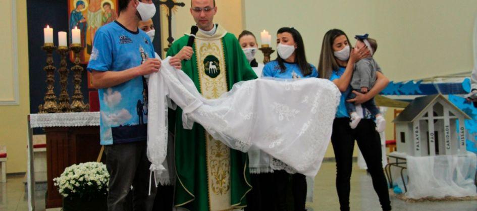Vestido de Nossa Senhora Mãe dos Homens é abençoado no S...
