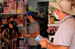 Pinto e Nito visitam o comércio com mascote da campanha