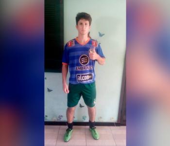 Jovem busca realizar sonho de tornar-se jogador de futebol profissional