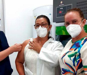 Técnica de Enfermagem que atua no Cemasas é a primeira a receber a vacina da Covid-19
