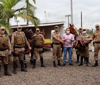 Governo de Forquilhinha entrega equipamentos para cavalaria da Polícia Militar