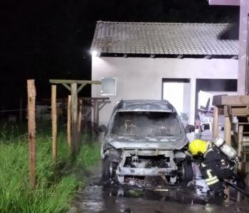 Carro pega fogo no centro de Araranguá