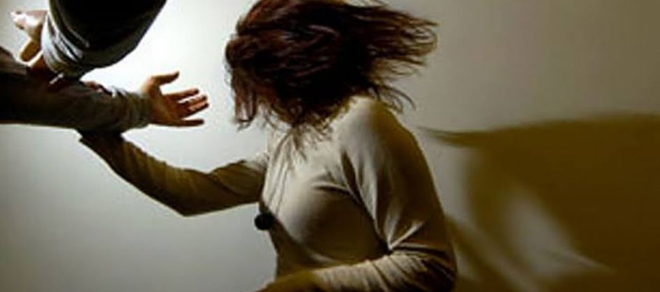 Homem sob efeito de droga bate na mulher e foge