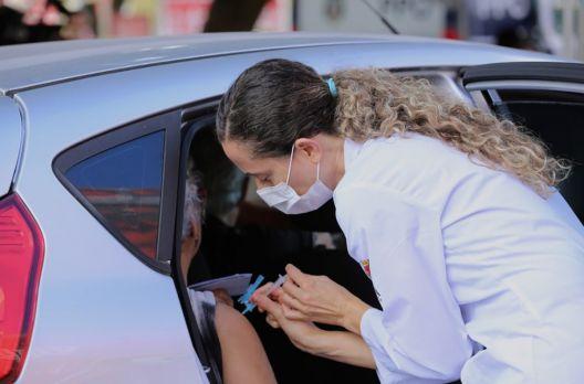Drive-Thru: Campanha de Vacinação contra Covid-19 para pessoas com mais de 77 anos ocorr...