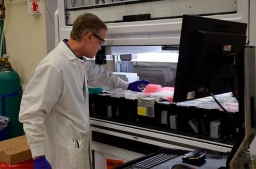 Pandemia deve durar até meados de 2022, preveem proprietários de laboratório